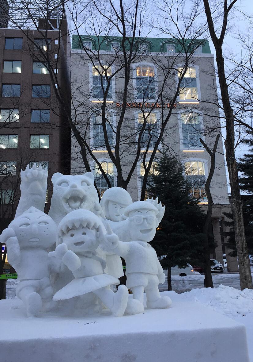 雪まつりの雪像たちに暖かい光を投げ掛ける(撮影  筆者による)