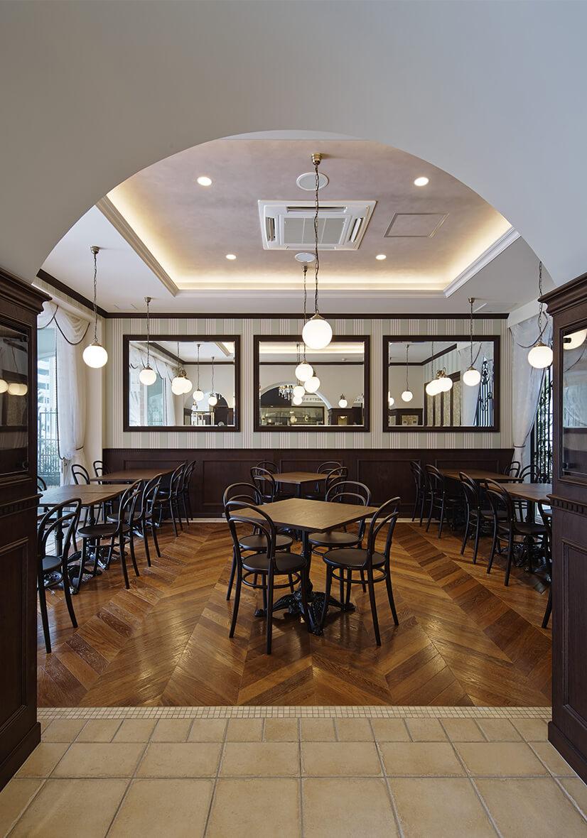 大鏡と曲木椅子の居心地の良いカフェ