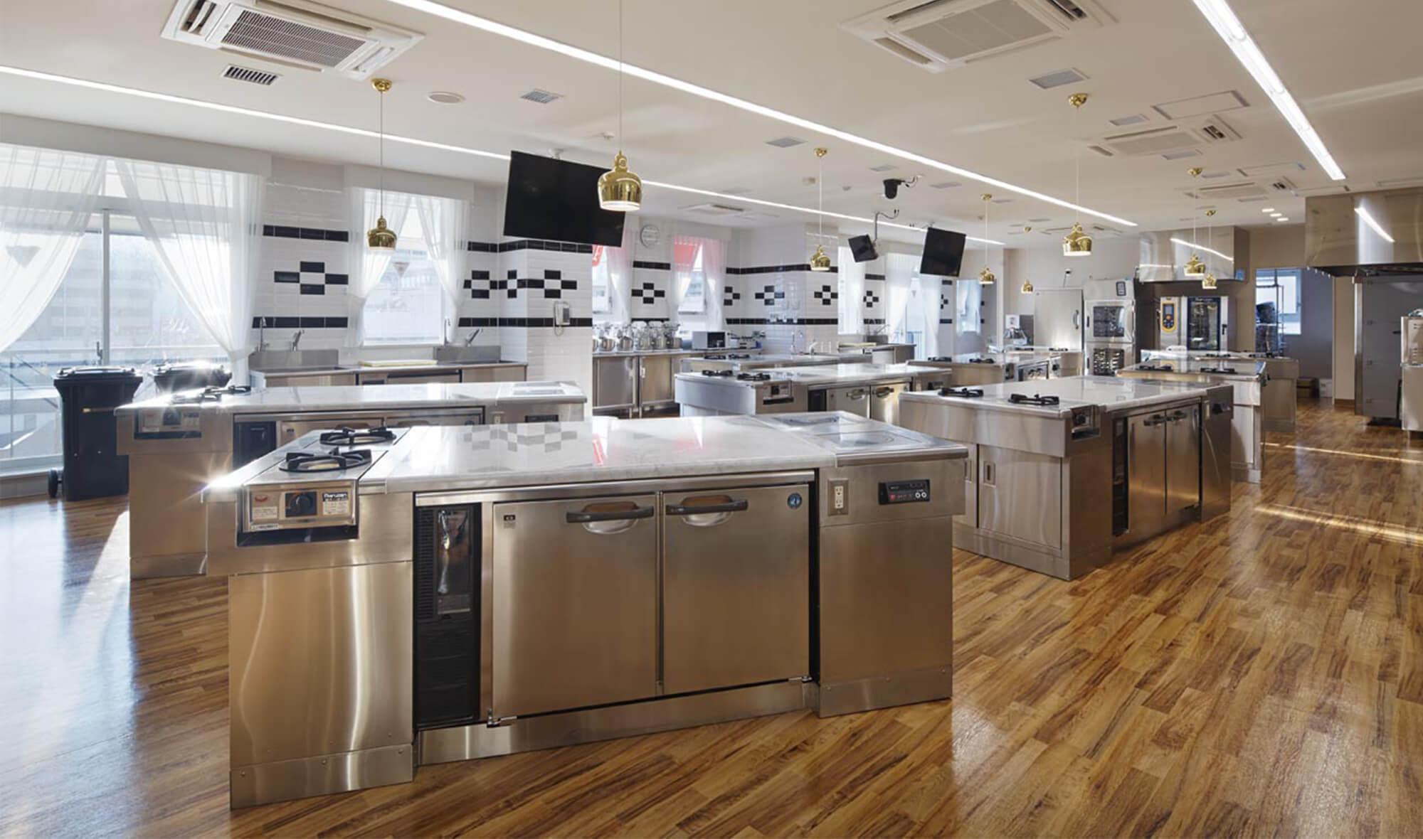師範台を囲むように調理台を扇型に配置した製菓実習室