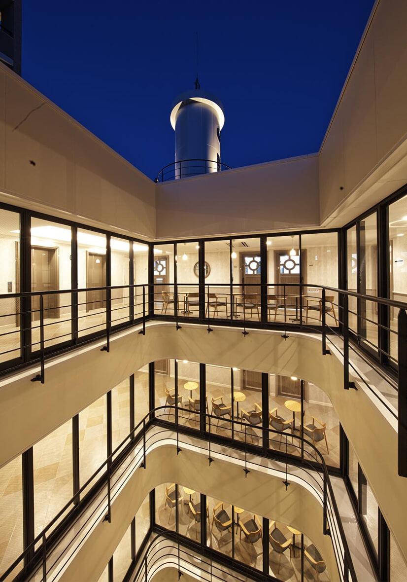 気持ちのよい風が通り抜けて自然光が入る回廊廊下