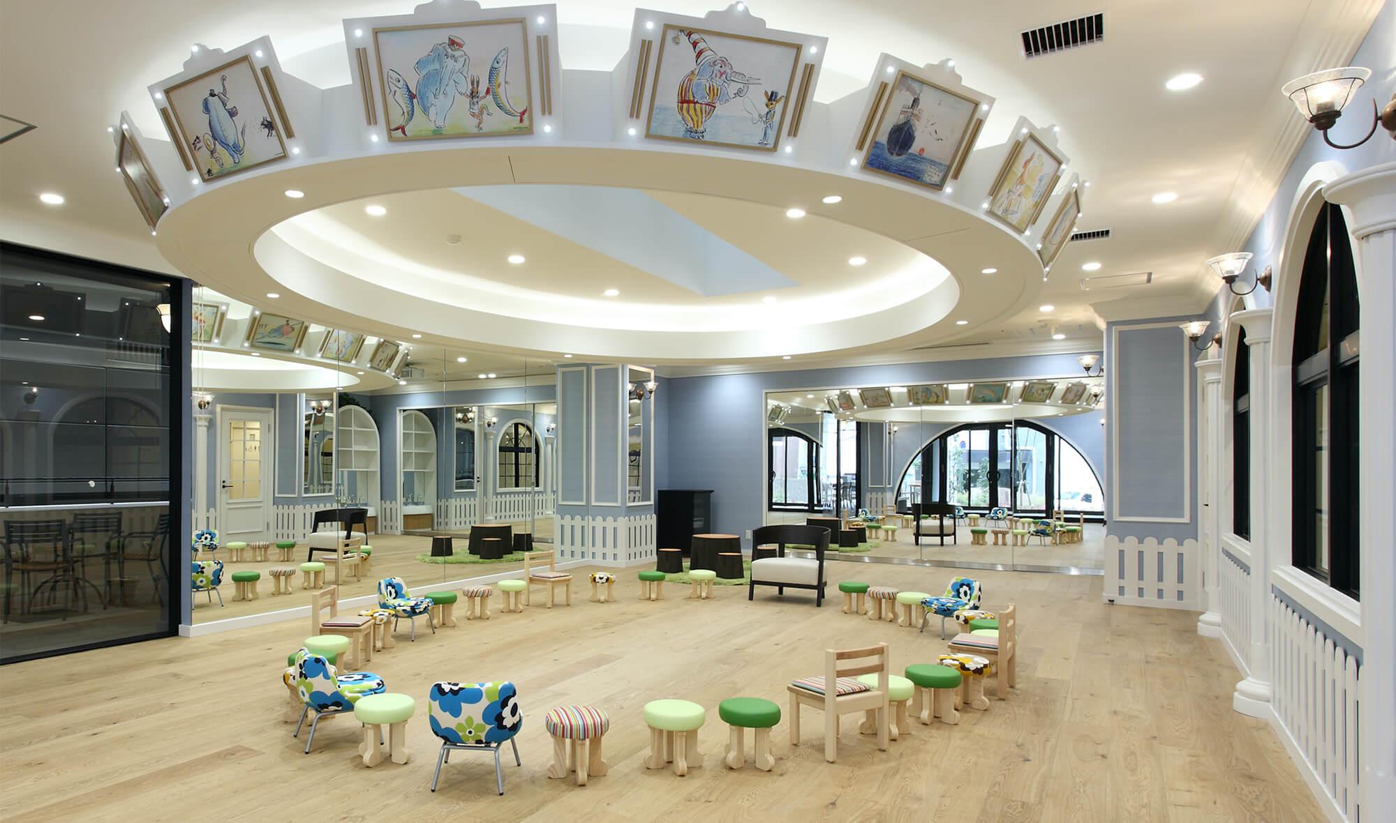キッズルーム メリーゴーランドのような吊天井に楽しい絵画を飾った