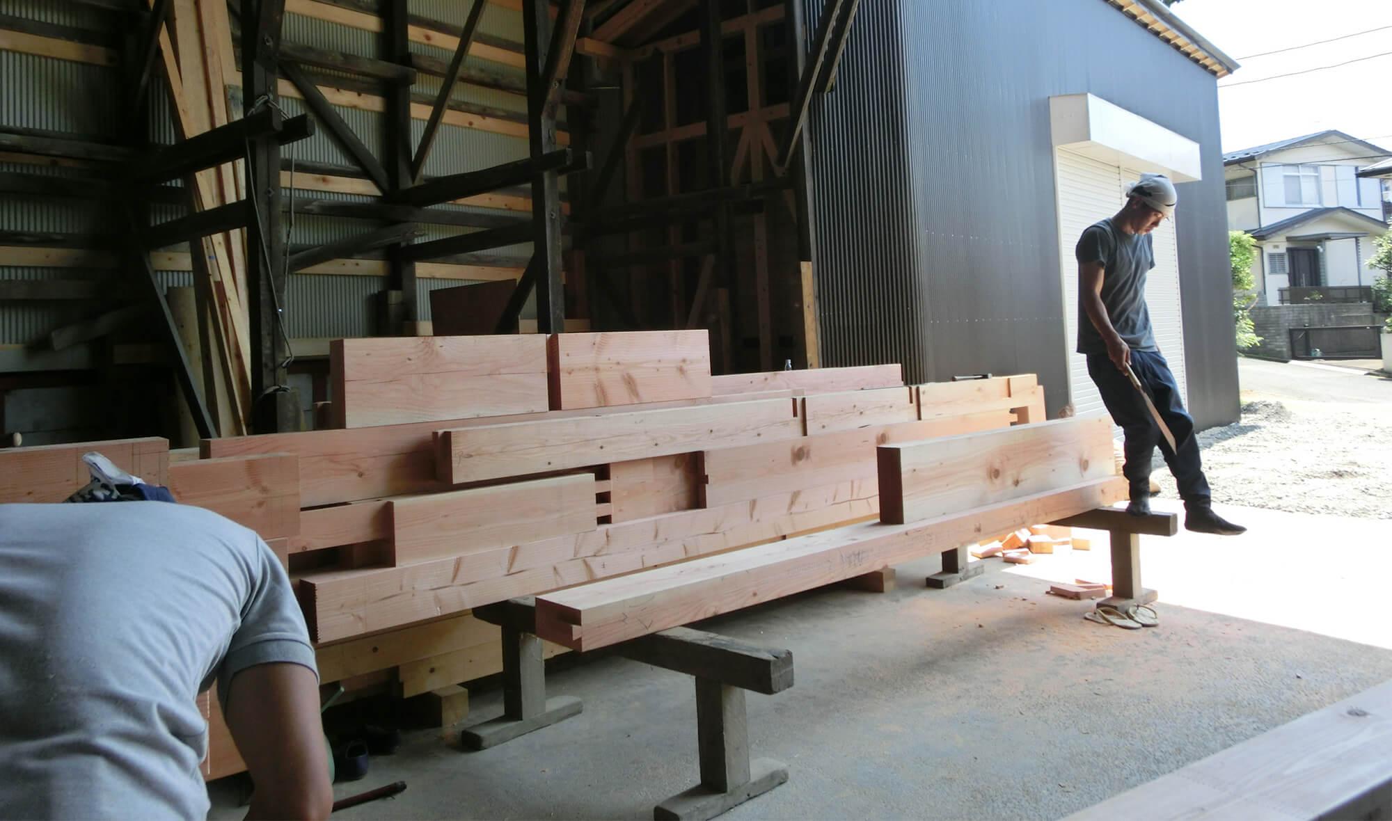 棟梁の工場で材木の選定